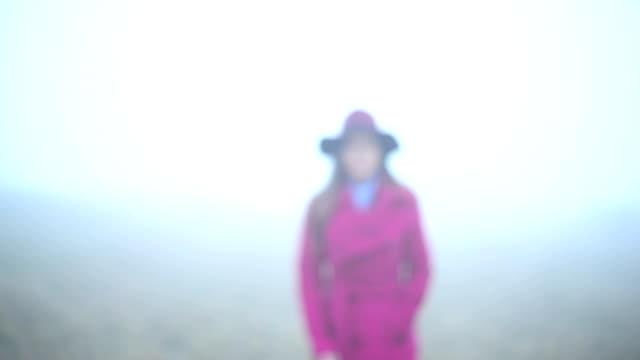 Vrouw lopen naar camera