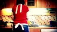 HD: Frau Waschen Geschirr in Zeitraffer
