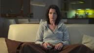 DOLLY HD: Donna guardando la televisione