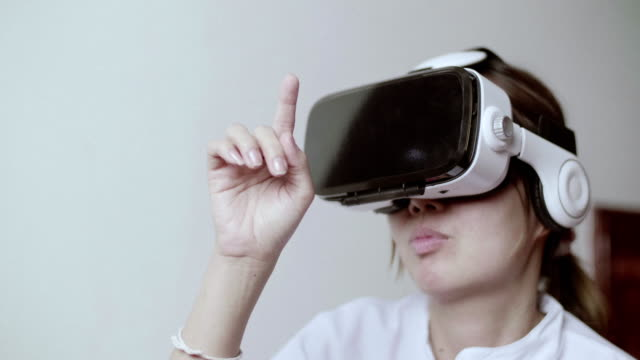 Frau mit Virtual-Reality-Simulator Kopfhörer zu Hause