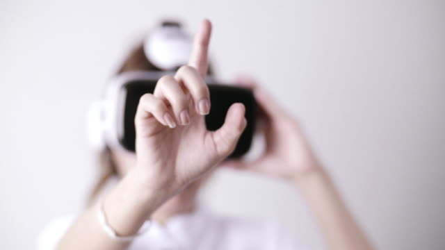 Frau mit Virtual-Reality-Simulator Kopfhörer auf weißem Hintergrund