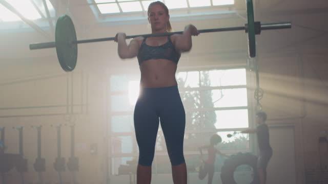 Frau im Fitness-Studio Gewichtheben