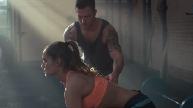 Kvinna tyngdlyftning i gymmet