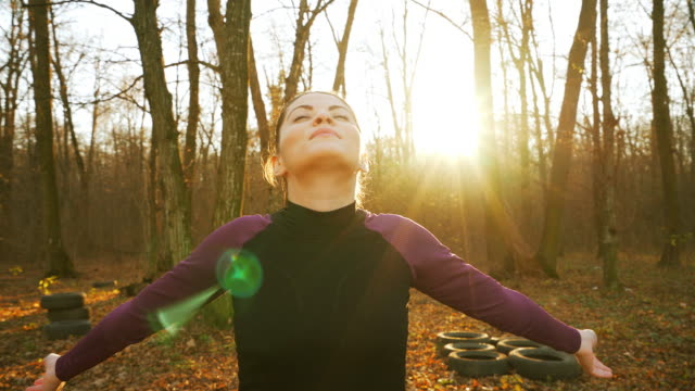 Frau mit Arm öffnen das Leben zu genießen.