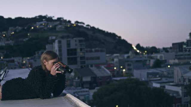 Frau mit Fernglas auf dem Dach