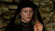 Donna con velo nero movimento viso