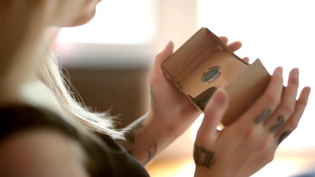 Vrouw met kartonnen VR - Handheld