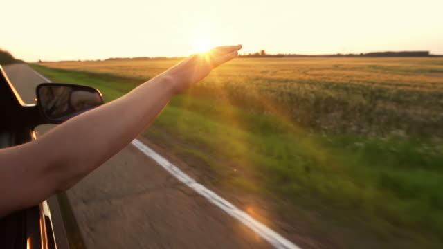 Frau mit hand im breeze