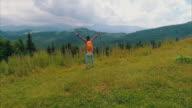 Vrouw met handen omhoog op de top van mountain†