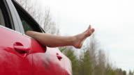 Frau mit Bein out aus dem Fenster (HD)