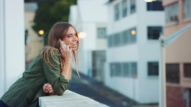 Kvinna med smartphone på taket