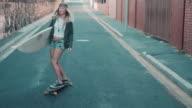 Frau mit Surfbrett Eislaufen auf Straße