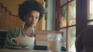 Frau mit tablet PC im Café