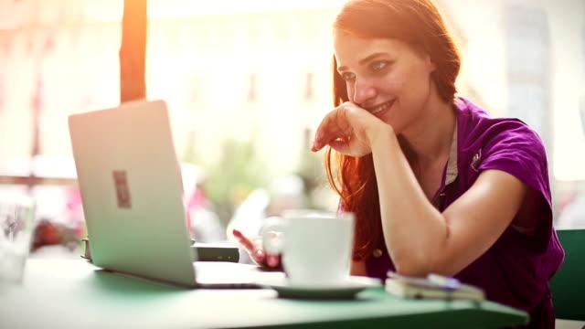 Vrouw werken bij bar met laptop