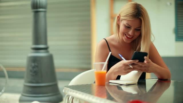 Frau arbeitet in der bar mit Handy