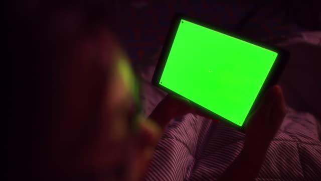 Vrouw werken bij nacht voor groen scherm