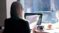 Frau arbeitet im coffeeshop
