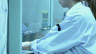Vrouw die werkt in een ziekenhuis laboratorium.