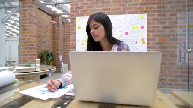 Vrouw online werken bij een creatief kantoor