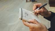 Donna di scrivere su sketchbook Dettagli architettonici
