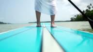 Gambe della donna su paddle board-Clima tropicale