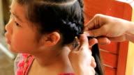 CU/vrouwen vlecht kapsel in schoonheidssalon