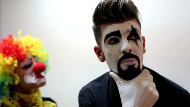 Frauen-Clown in Aktion.