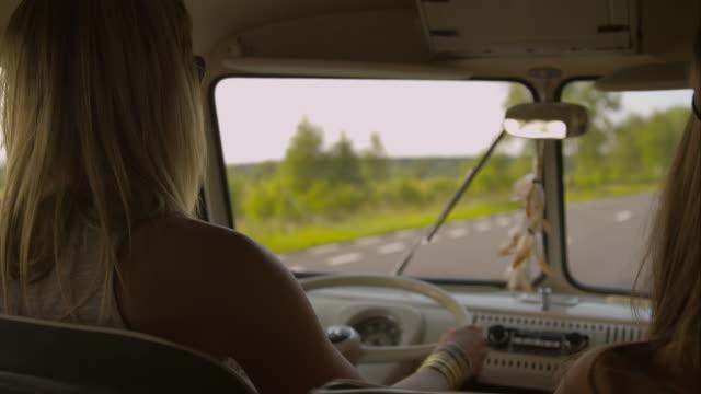 Frauen mit dem Auto im retro-van an street