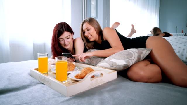 Vrouwen genieten van luie ochtend