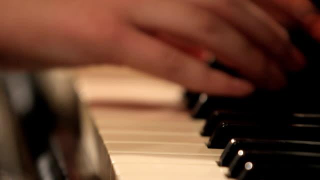 Frauen Hände spielt Klavier