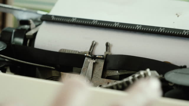 CU: Frauen Hände auf einer alten Schreibmaschine zu tippen