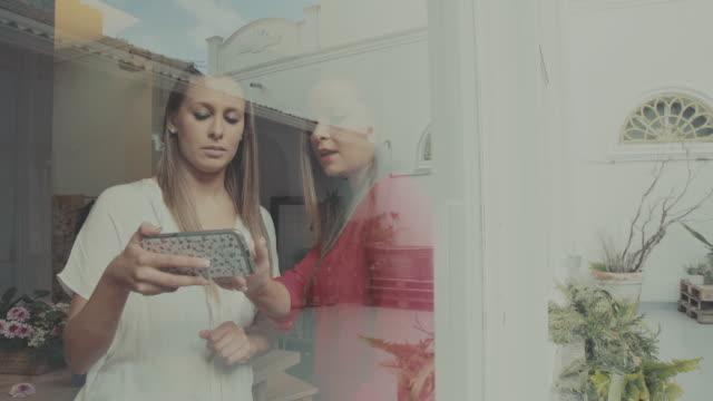 Opstarten van de bloemist van de bedrijven van vrouwen het nieuwe: sociale netwerken op de mobiele