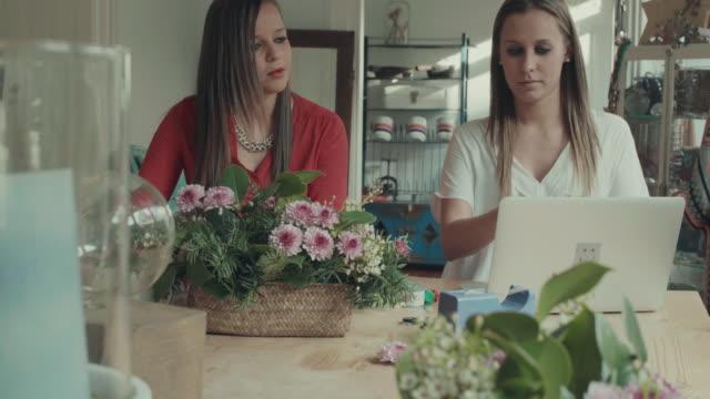 Frau online-shopping in der startup-Büro