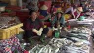 TD/ Women selling fish at street market