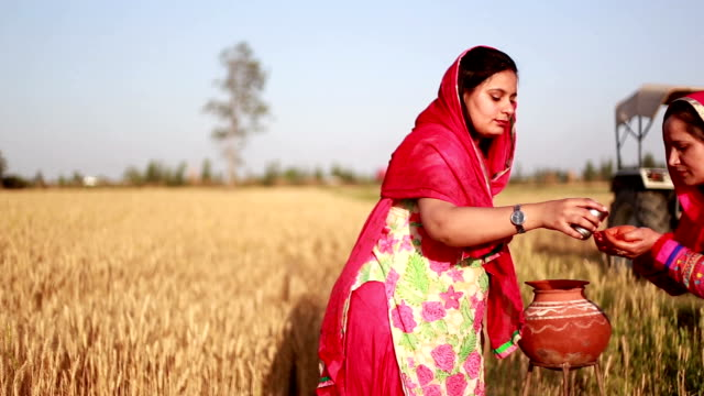 Frau mit Wasser im traditionellen Stil