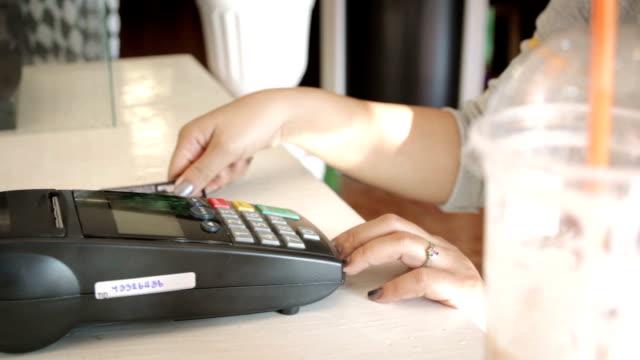 Frauen Das Durchziehen der Kreditkarte, Dolly Shot
