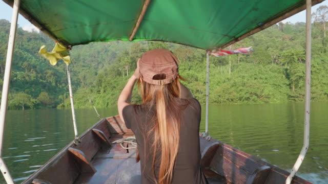 Kvinnor tar ett foto med Smart telefon i thailändska taxibåt