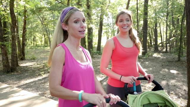 Donne parlando dopo una corsa nel parco con ad esempio i passeggini