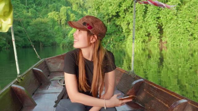 Kvinnor reser med Thai Taxi båt