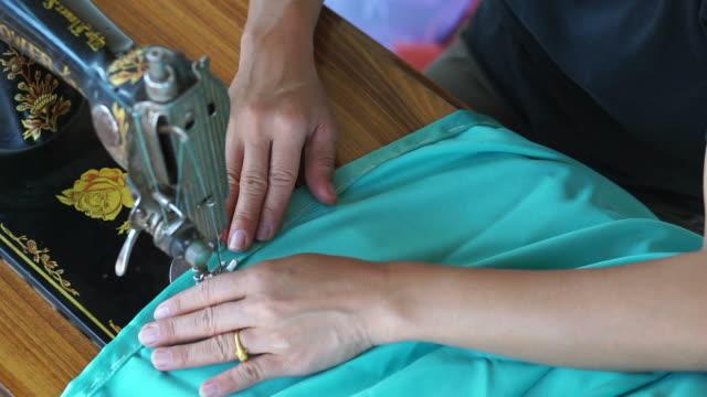 Frauen benutzen Nähmaschine.