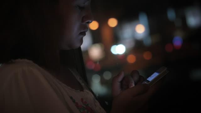 Vrouwen met behulp van slimme telefoon 's nachts