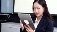 vrouwen met smartphone en tablet