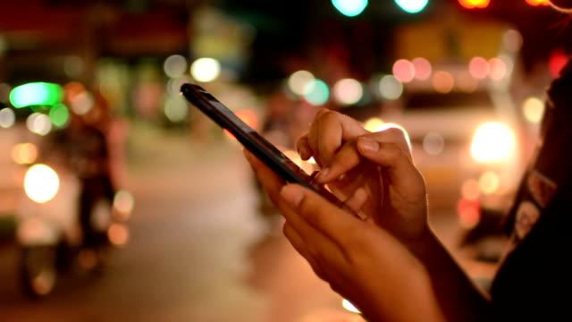 Vrouwen met smartphone, nacht
