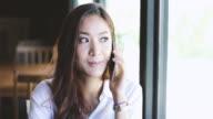 vrouwen met smartphone