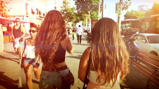 Vrouwen lopen in de ramblas van Barcelona