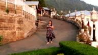 Vrouwen lopen op de weg die thee in haar hand