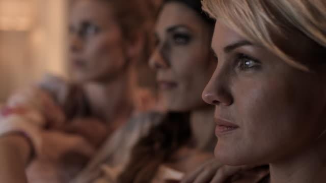 Frauen vor dem Fernseher