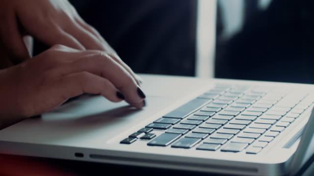 Frauen arbeiten mit computer-laptop-Nahaufnahme