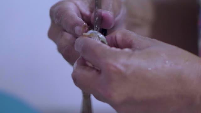 Damen Hände Reinigung Garnelen.