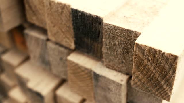 Schichtabsatz aus Holz mit ordentlich auf den Regalen